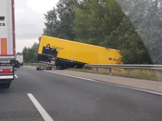 F1-crashes gaan voort: truck van Renault van de baan