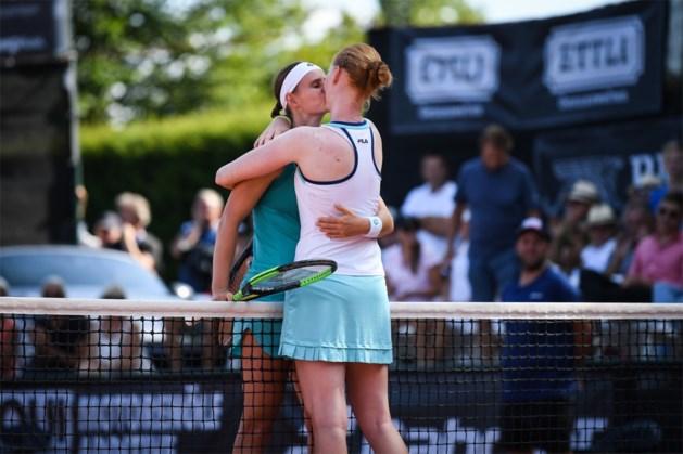 Mooi: de kus tussen Alison Van Uytvanck en partner Greet Minnen na hun duel op het WTA-toernooi van Karlsruhe