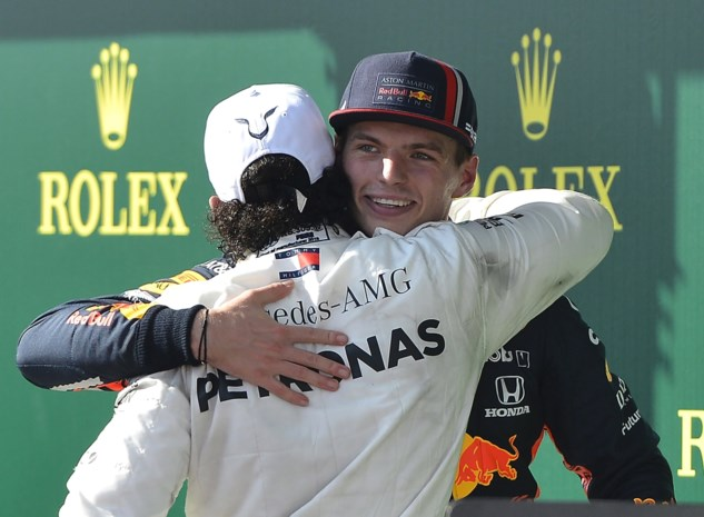 Hamilton pakt Verstappen vier ronden voor het einde na tactisch steekspel