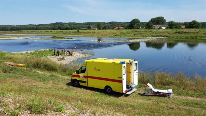 Spoedarts- en verpleger met kajak naar gewonde vrouw in Maas