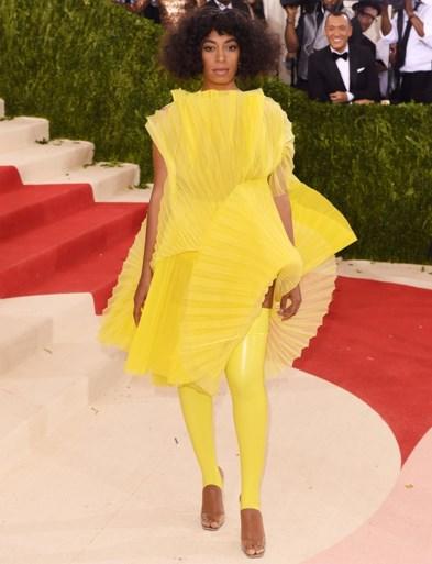 Rihanna steelt de show op carnaval Barbados in verenpak