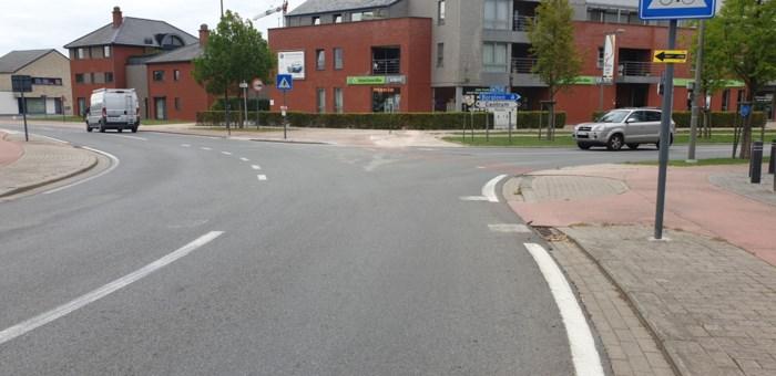 Aannemer verwijdert parketlijm in centrum Wellen