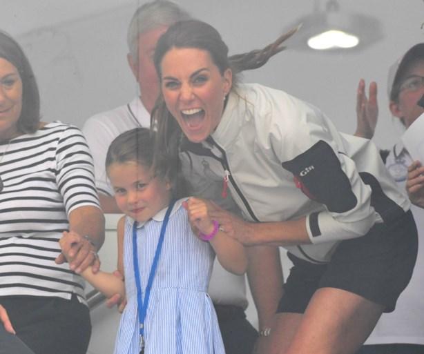 """""""Ondeugend? Onbeschoft, ja!"""": negatieve reacties nadat prinses Charlotte haar tong uitsteekt naar publiek en pers"""