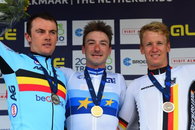 Yves Lampaert pakt zilver en ziet ploegmaat Elia Viviani het goud winnen op het EK in Alkmaar