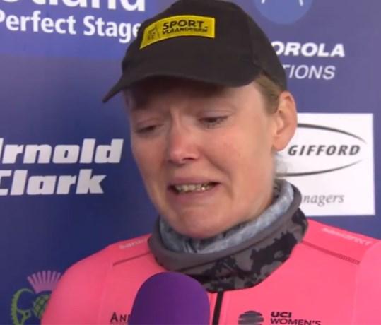 Emotionele Ann-Sophie Duyck eert Bjorg Lambrecht tijdens Ronde van Schotland