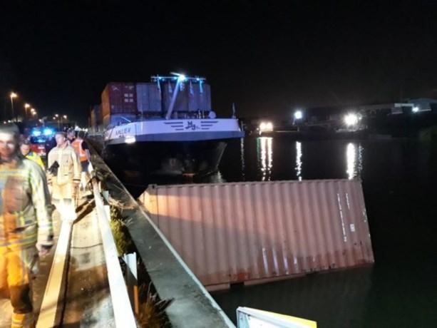 Schip vaart tegen brug in Willebroek: drie containers in het water