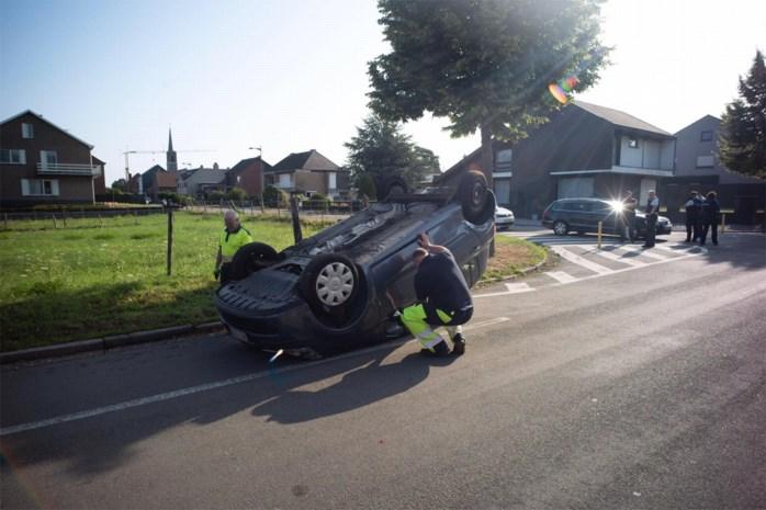 Tachtiger gewond nadat zijn auto overkop gaat