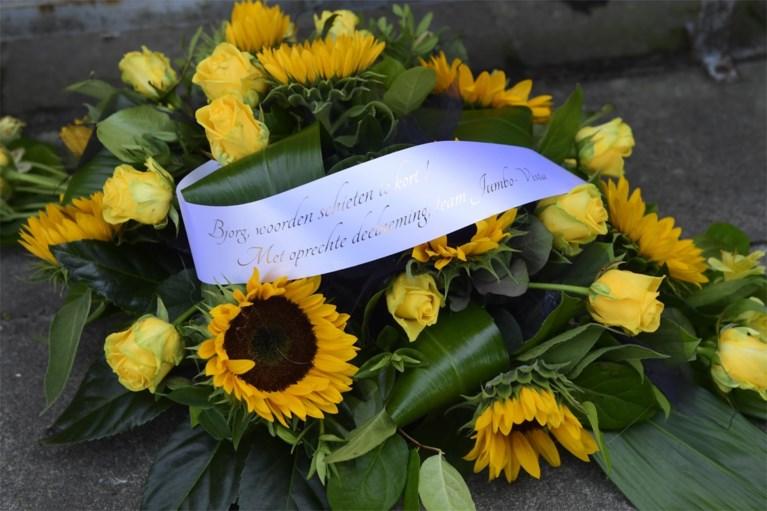 """Knesselare neemt massaal afscheid van """"kleine koning"""" Bjorg Lambrecht: honderden mensen verzameld voor uitvaartplechtigheid"""