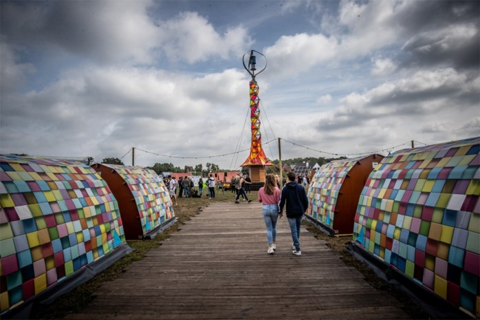 Deze kleurrijke toren voorziet Camping Comfy op Pukkelpop mee van stroom
