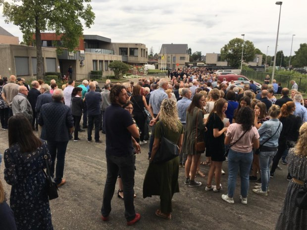 Duizenden mensen nemen afscheid van brandweermannen Chris en Benni