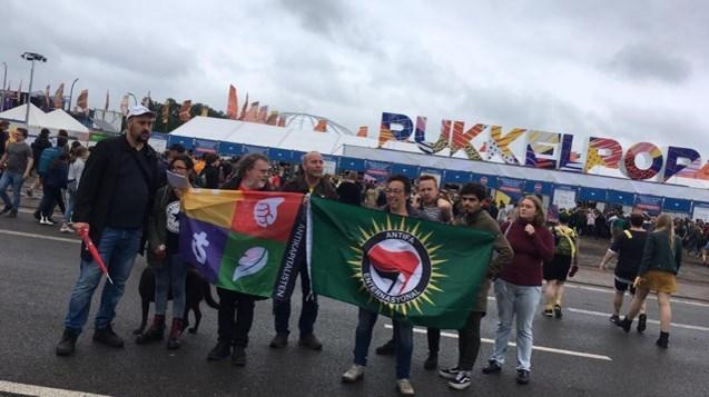 20-tal betogers tegen racisme en fascisme aan Pukkelpopinkom