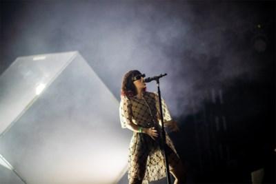 Pukkelpoppers 'high on life' bij Charli XCX