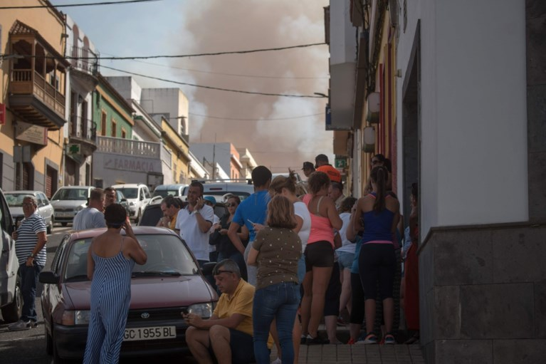 """Bosbrand op Gran Canaria """"niet onder controle"""": vlammen tot 50 meter hoog"""