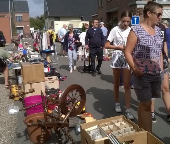Honderden bezoekers doorsnuffelen rommelmarkt