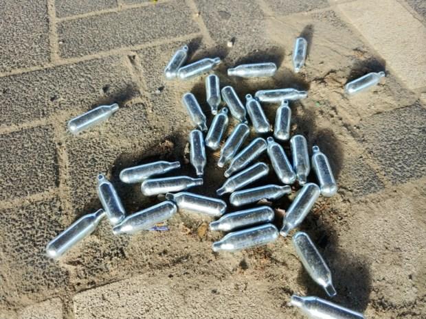 Lachgasflessen op hangplekken voor jongeren in beslag genomen