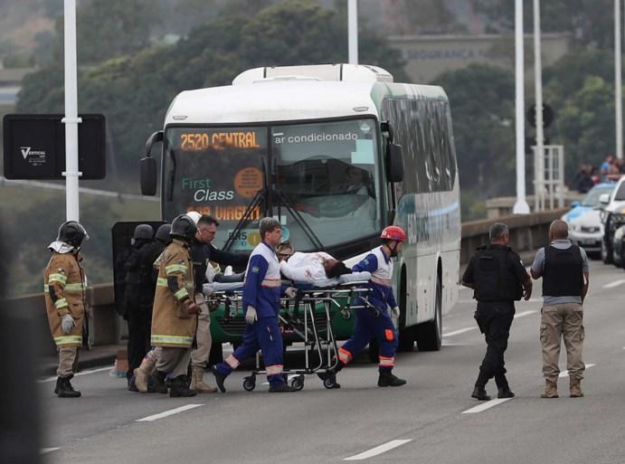 Spectaculaire beelden tonen gewapende man die 16 mensen op bus gijzelt in Rio de Janeiro