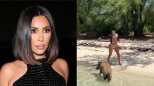 Kim Kardashian op de vlucht voor varkens op strand van de Bahama's