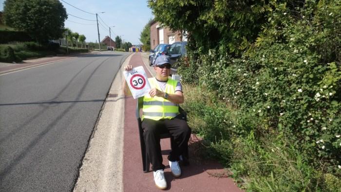 Alkenaar (57) zit hele dag in blakende zon om snelheidsduivels te waarschuwen