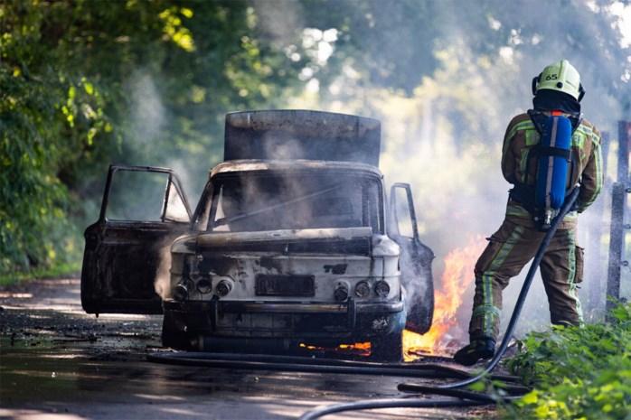 Audi van 50 jaar oud vliegt in brand tijdens ritje