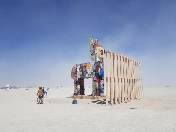 Truiense kunstenaar steekt project van 40.000 euro in brand in VS