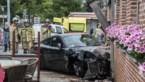 Dit is het moment dat bestuurder Porsche de controle over het stuur verliest en gevel café ramt