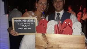 Nieuwe trend: bruidspaar deelt teenslippers uit op dansvloer