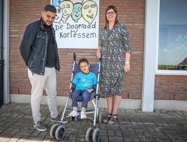 Syrische Mohamed krijgt buggy van school