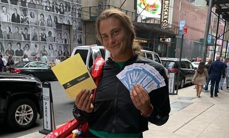 Dubbelpartner Elise Mertens verstopt gratis tickets voor finale op Times Square