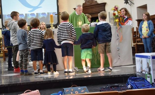 Kinderviering met boekentaswijding bij Minderbroeders
