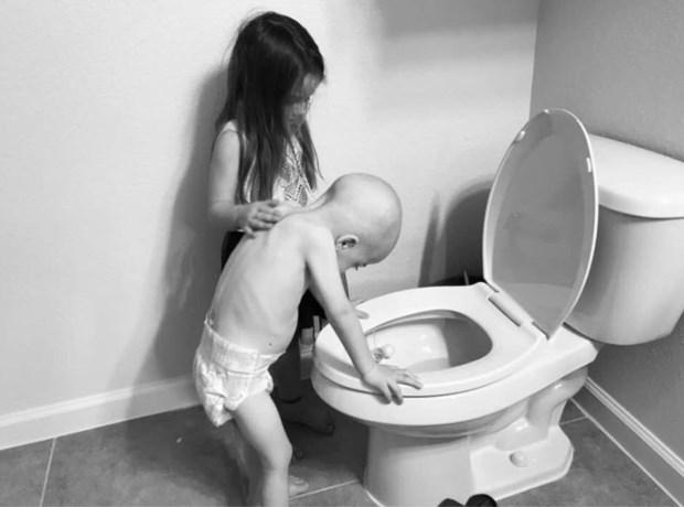 Moeder deelt hartverscheurende foto van dochtertje (5) die haar pijn lijdende broertje (4) steunt tijdens chemokuur