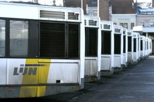 Gechoqueerde vrouwen fotograferen aanranding door Herkenaar op bus