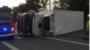 E34 tijdlang volledig versperd door gekantelde vrachtwagen