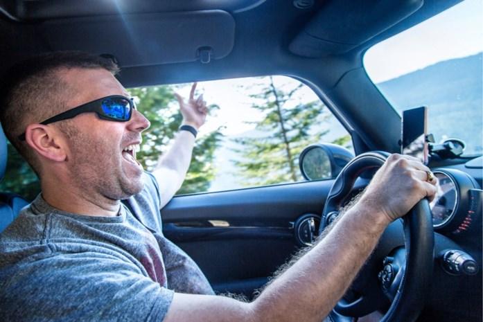Waarom Touring bestuurders waarschuwt voor iets onschuldigs als zingen in de auto