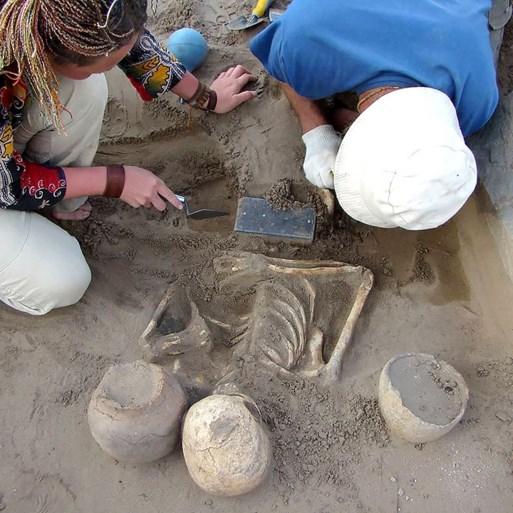 Archeologen vinden eeuwenoud skelet dat begraven werd met '2.100 jaar oude iPhone'