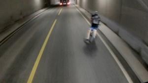 Fietser beleeft doodeng moment in tunnel door klein foutje