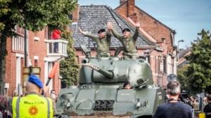 Bevrijdingscolonne bereikt eindhalte Leopoldsburg: onze reporter reed mee met een pantserwagen