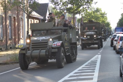366 historische legervoertuigen trekken door Leopoldsburg en Lommel