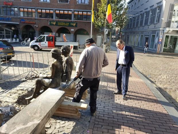 Arbeiders gaan bekendste standbeeld van Hasselt met slijpschijf en drilboor te lijf