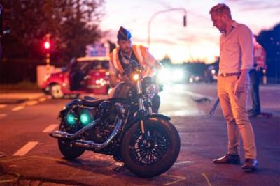 Motorrijder gewond aan been na botsing met auto