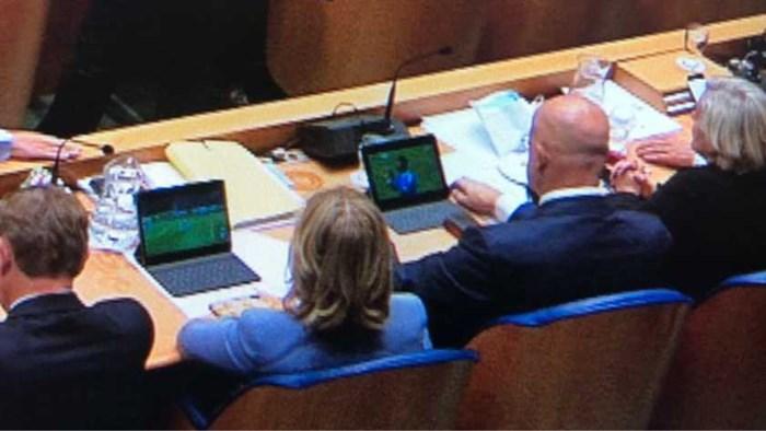 Betrapt! Nederlandse ministers kijken naar voetbal tijdens belangrijke zitting in de Tweede Kamer