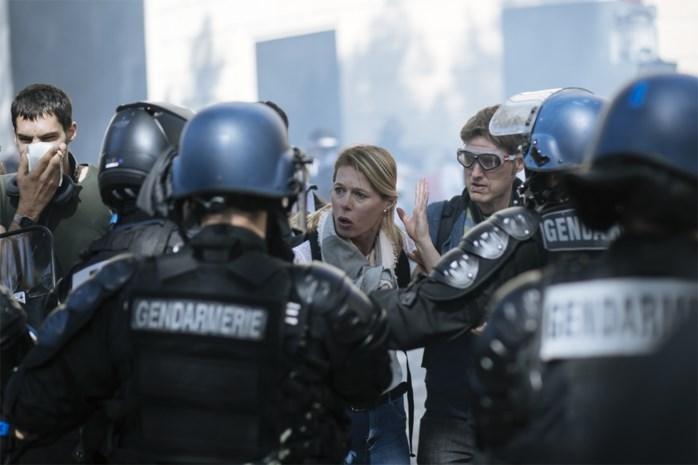 Betoging 'gele hesjes' in Parijs loopt uit de hand: gemaskerde demonstranten vallen bankfiliaal aan