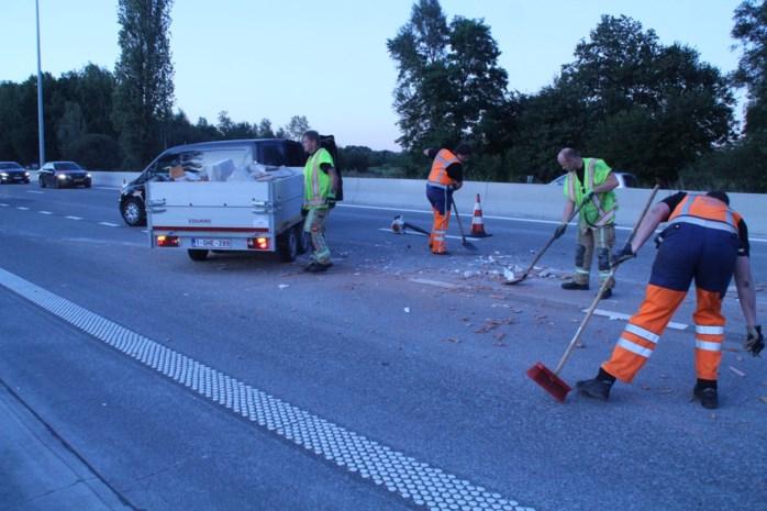 Aanhangwagen vol bouwpuin kantelt en verliest lading op E313