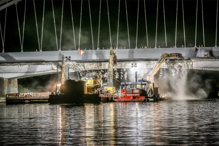 Oude brug Stokrooie onder heel wat belangstelling probleemloos afgebroken