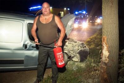 Veldwachter blust auto en redt bestuurder nadat die tegen boom knalt