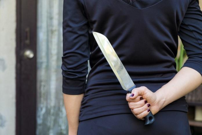 Vrouw geeft partner messteek na ontdekken van overspelige sms'jes