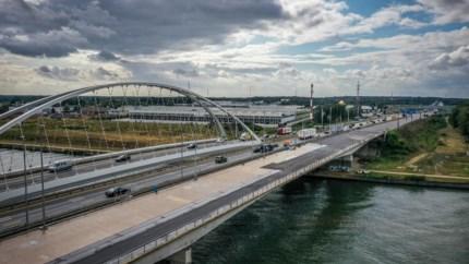 Kanaalbrug E314 Heusden stukje bij beetje aangelegd, gerechtsexpert controleert nieuw asfalt