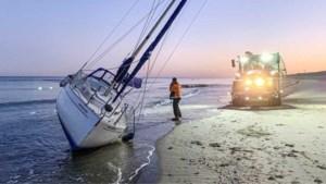 'Spookluxejacht' spoelt aan op Nederlands strand, politie staat voor een raadsel