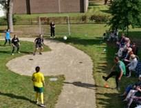 Personeel speelt voetbal voor bewoners van woonzorgcentrum Pallieter