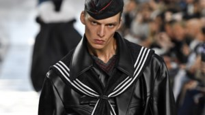 Model verbaast met eigenaardig loopje op de catwalk van Maison Margiela