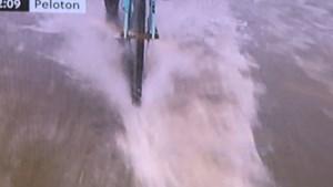 Ook dit is het WK: renners laveren door diepe plassen, gelukkig zonder averij